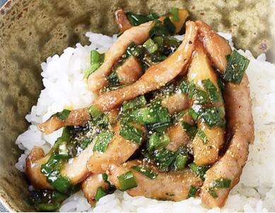 焼き豚トロとニラのぶっかけ飯