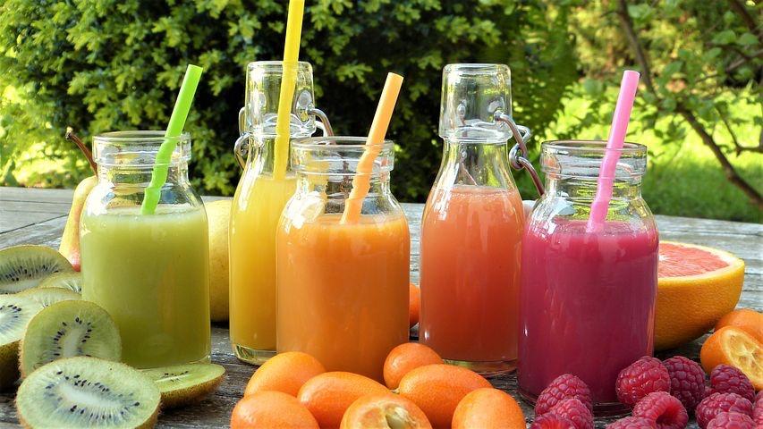 運動後はフルーツジュースを飲む