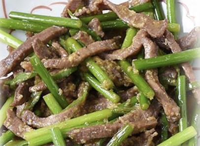にんにくの芽と青唐辛子と牛タンのみそ炒め